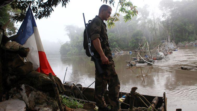 Militaire en opération en Guyane contre les orpailleurs clandestins, dans la région de Maripasoula. (GETTY IMAGES)