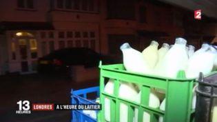 Au Royaume-Uni, les laitiers, se font de plus en plus rares. Face à la concurrence des supermarchés, ces livreurs emblématiques doivent innover pour espérer survivre. (FRANCE 2)