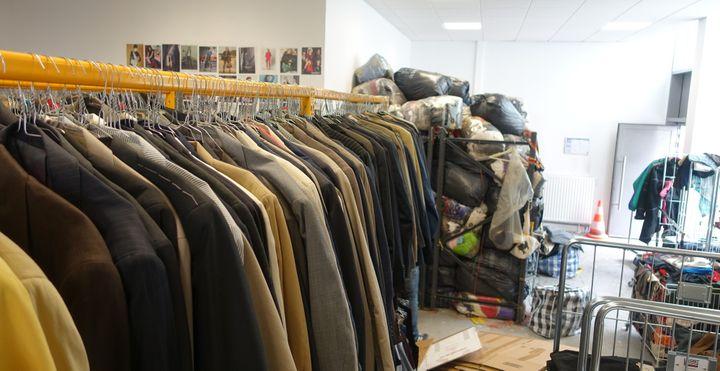 Dans l'telier de Bis boutique solidaire, à Paris, les stocks de vêtements attendent de rejoindre l'une des boutiques  (Corinne Jeammet)