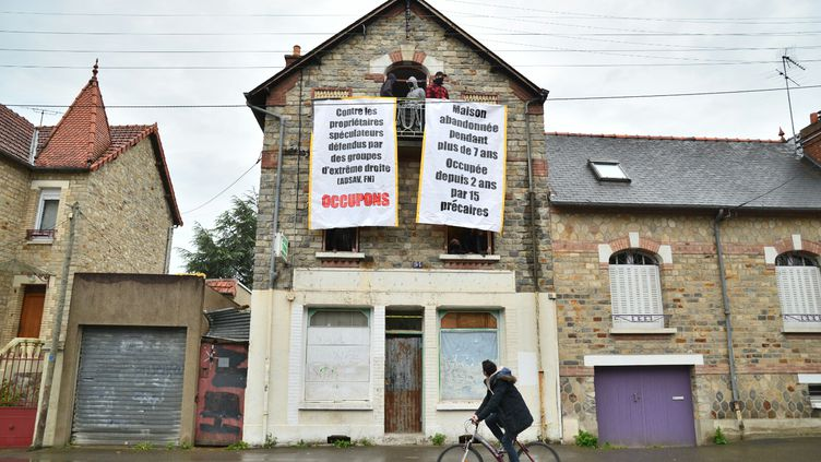 Les squatteurs du 94 rue de Châtillon, à Rennes (Ille-et-Vilaine), ont affiché un message aux fenêtres de la maison, le 8 mai 2015. (KÉVIN NIGLAUT / CITIZENSIDE.COM / AFP)