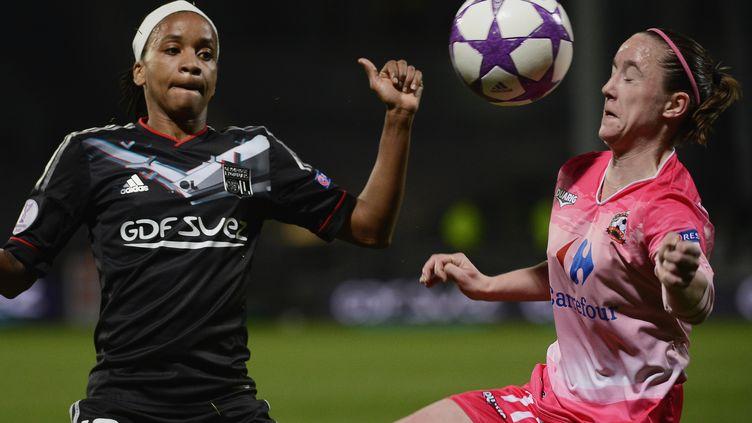 Elodie Thomis (G), joueuse de Lyon, et Julie Machart, joueuse de Juvisy, en demi-finale de Ligue des champions féminine, le 13 avril 2013 au stade Gerland de Lyon (Rhône). (JEFF PACHOUD / AFP)