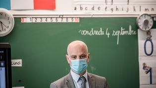 Le ministre de l'Education Jean-Michel Blanquer dans une salle de classe de Sèvres (Hauts-de-Seine), le 4 septembre 2020. (ARTHUR NICHOLAS ORCHARD / HANS LUCAS / AFP)