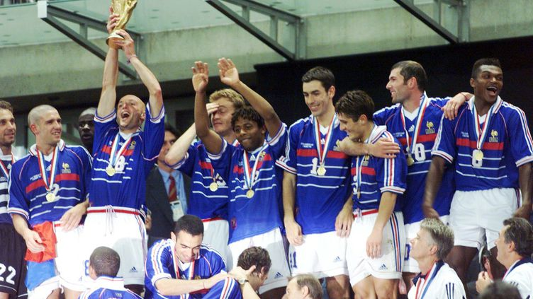 L'équipe de France avec le trophée de la Coupe du monde, le 12 juillet 1998, au stade de France. (  MAXPPP )