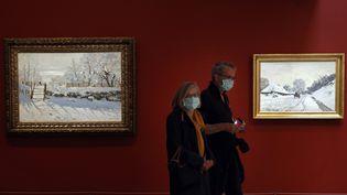 Des visiteurs aux côtés des tableux de Claude Monet au musée d'Orsay; lors du jour de réouverture le 23 juin 2020. (THOMAS COEX / AFP)