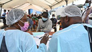 Des soignants préparent des documents de vaccination contre Ebola, le 17 août 2021, à Abidjan (Côte d'Ivoire). (ISSOUF SANOGO / AFP)