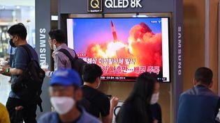 Le tir d'un missile est diffusé à la télévision à Seoul (Corée du Nord), le 28 septembre 2021. (JUNG YEON-JE / AFP)