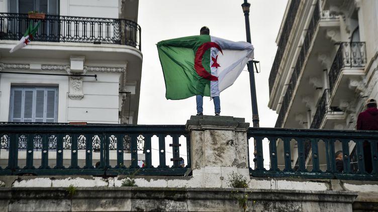 Un manifestant à Alger (Algérie) contre la présidence d'Abdelaziz Bouteflika le 22 mars 2019. (RYAD KRAMDI / AFP)