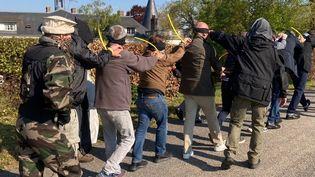 En région parisienne, des policiers et des gendarmes participent à un stage avant de partir en mission dans des payssensibles, en mai 2021. (DAVID DI GIACOMO / RADIO FRANCE)