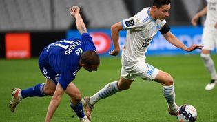 Florian Thauvin (Olympique de Marseille) face à Dimitri Liénard (Strasbourg). (CHRISTOPHE SIMON / AFP)