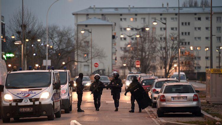Des forces du Raid lors d'une opération de police dans le quartier de Neudorf à Strasbourg (Bas-Rhin), le 13 décembre 2018. (PATRICK HERTZOG / AFP)