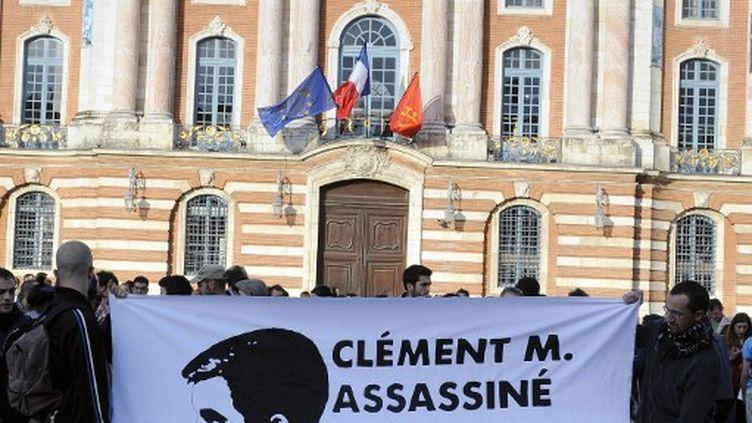 Des manifestants portent une bannière en hommage à Clément Méric, lors d'un rassemblement en mémoire du militant antifasciste, à Toulouse (Haute-Garonne), jeudi 6 juin 2013. (PASCAL PAVANI / AFP)