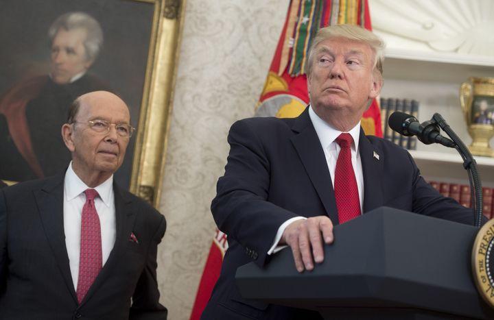 Le secrétaire américain au Commerce, Wilbur Ross, aux côtés de Donald Trump, le 24 octobre 2017 à Washington (Etats-Unis). (SAUL LOEB / AFP)