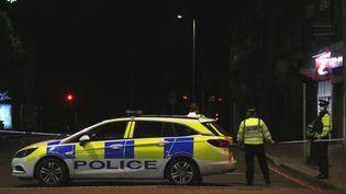 Des policiers près du parc Forbury Gardens à Reading (Royaume-Uni), où trois personnes ont été tuées lors d'une attaque au couteau, le 20 juin 2020. (ISABEL INFANTES / ANADOLU AGENCY / AFP)