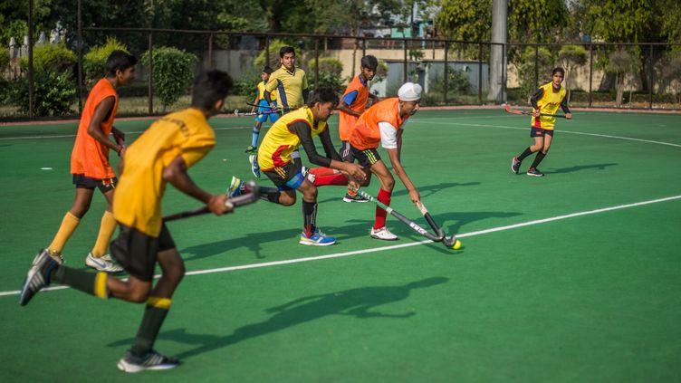 Un entraînement de hockey sur gazon à New Delhi, en Inde, le 8 avril 2016. (ROBERTO SCHMIDT / AFP)