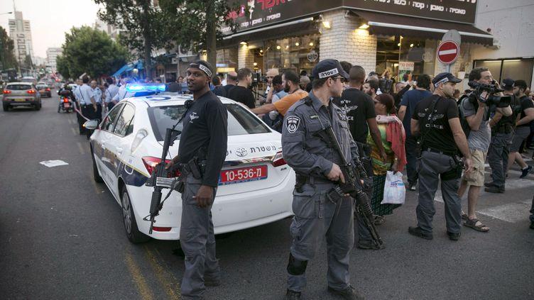 Des policiers israéliens déployés sur le lieu d'une agression au couteau àRishon Lezion près de Tel Aviv (Israël) le 2 novembre 2015. (BAZ RATNER / REUTERS)