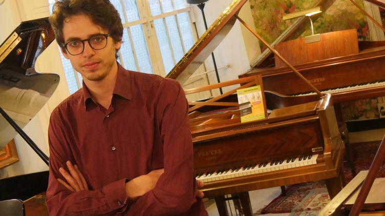 """Lucas Debargue parmi les instruments des """"Pianos Nebout"""".  (Lorenzo Ciavarini Azzi/Culturebox)"""