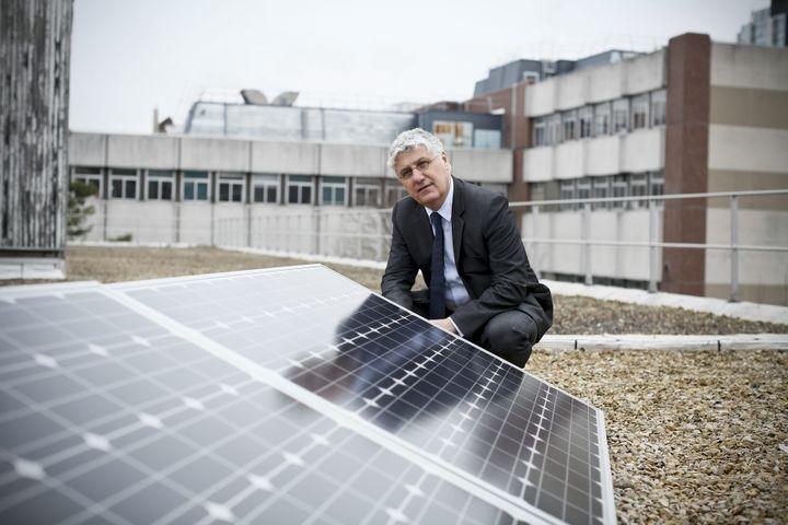 Philippe Martin, alors ministre de l'Ecologie, prend la pose à côté de panneaux photovoltaïques le 24 janvier 2014 à Paris. (MAXPPP)