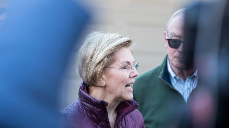 La sénatrice Elizabeth Warren annonce son retrait de la primaire démocrate, le 5 mars 2020 devant son domicile de Cambridge (Massachusetts). (SCOTT EISEN / GETTY IMAGES NORTH AMERICA / AFP)