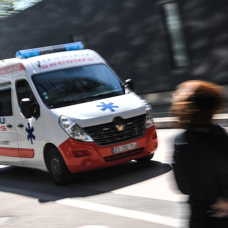 Une ambulance roule vers le service d'urgences du CHU de Nantes, le 30 avril 2019. (LOIC VENANCE / AFP)