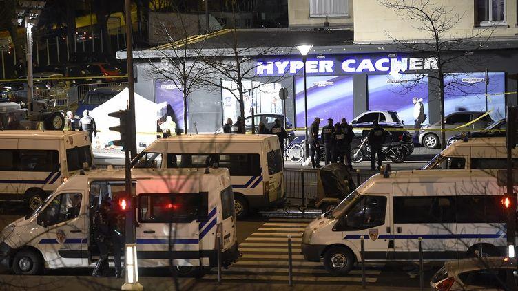 Des fourgons de CRS stationnent devant l'Hyper Cacher au soir de la prise d'otages, à Paris, le 9 janvier 2015. (ERIC FEFERBERG / AFP)