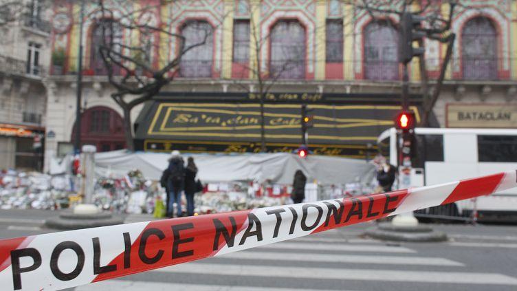 Autour du Bataclan et des autres lieux ciblés par les attentats, les enquêteurs ont multiplié les relevés (MATTHIEU ALEXANDRE / AFP)