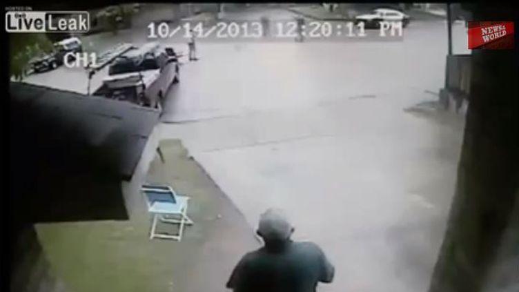 Capture d'écran de la vidéo montrant des policiers tirant sur un homme, le 14 octobre 2013. (YOUTUBE / FRANCETV INFO)