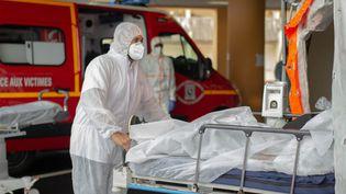 Un patient Covid est transporté dansune tente de soin à l'entrée des urgences de l'hôpital Pierre Zobda-Quitmanou à Fort-de-France en Martinique, où il sera examiné avant d'être hospitalisé. (FANNY FONTAN / HANS LUCAS)