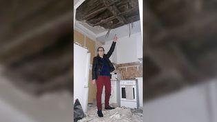 Eliane, habitante de Marseille, montre son plafond effondré. (SÉBASTIEN BAER / RADIO FRANCE)