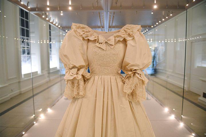 La robe de mariage de Diana exposéeau palais de Kensington à Londres, mai 2021 (JUSTIN TALLIS / AFP)