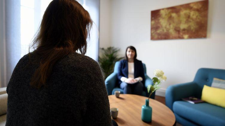 Une personne de dos en consultation chez une psychologue (illustration). (ALEXANDRE MARCHI / MAXPPP)