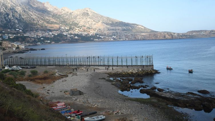 Des migrants pénètrent sur le territoire espagnol de Ceuta, le 30 août 2019. (ANTONIO SEMPERE / AFP)