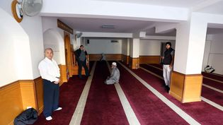 Des musulmans se recueillent dans une salle de prière d'Ajaccio (Corse du Sud), le26 décembre 2015. (JEAN-PIERRE BELZIT / AP / SIPA)