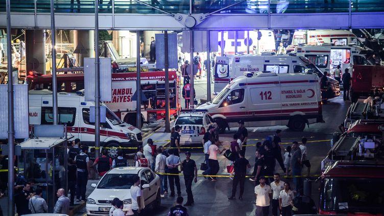 Un périmètre de sécurité est établi après le triple attentat-suicide de l'aéroport Atatürk, à Istanbul (Turquie), le 28 juin 2016. (OZAN KOSE / AFP)