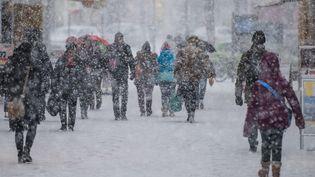 Des habitants de la ville de Weimar (Allemagne) affrontent la neige, le 26 février 2018. (CANDY WELZ / DPA-ZENTRALBILD / AFP)