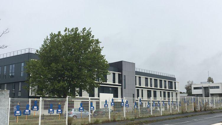 402 pancartes représentant les suppressionsde postes annoncées par Nokia ont été apposéessur les grilles devant le site de l'entreprise à Lannion. (GREGOIRE LECALOT / RADIO FRANCE)