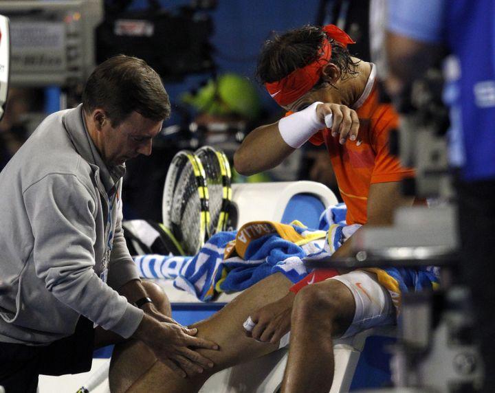 Rafale Nadal fait examiner son genou lors de son quart de finale de l'Open d'Australie 2010 face à Andy Murray. (JOHN DONEGAN POOL / AP POOL)