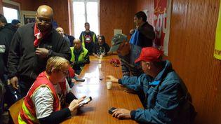 Des syndicalistes de la CGT dans un local de Mondeville (Calvados), dans le cadre de la grève des routiers. (V. PASQUESOONE / FRANCEINFO)