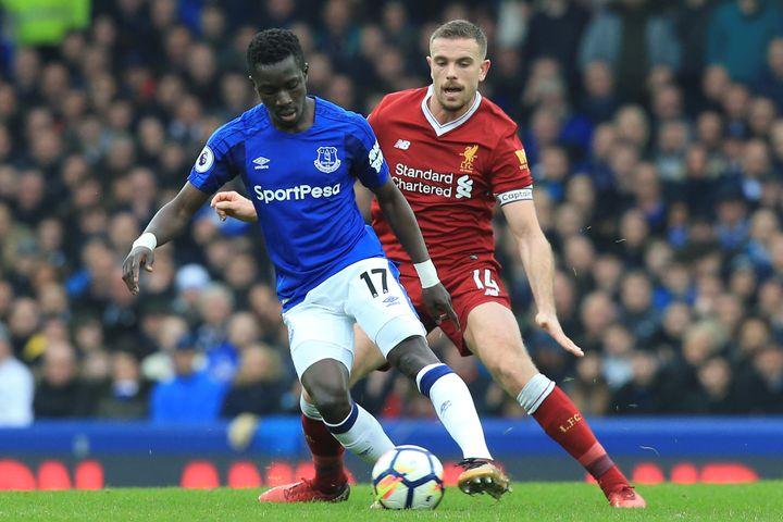 Jordan Henderson (Liverpool) face à Idrissa Gueye (Everton) (LINDSEY PARNABY / AFP)