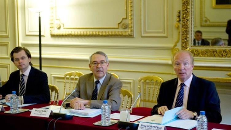 Brice Hortefeux aux côtés de son directeur de cabinet (centre) Michel Bart, le 5 juillet 2010 (AFP Martin Bureau)