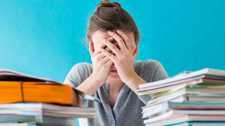 """Une étude publiée jeudi 20 août dans la revue """"The Lancet"""" établit un rapport entre le nombre d'heures de travail par semaine et le risque d'AVC. (VOISIN / PHANIE / AFP)"""
