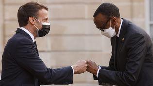 Le chef de l'Etat, Emmanuel Macron, salue le président rwandais, Paul Kagame, le 17 mai 2021 au palais de l'Elysée, à Paris. (LUDOVIC MARIN / AFP)