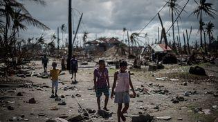 Des survivants du typhon Haiyan dans les faubourgs de Tacloban (PHILIPPE LOPEZ / AFP)