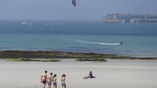 La plage de Cherbourg-Octeville (Manche), le 27 juin 2018. (CHARLY TRIBALLEAU / AFP)
