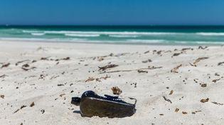 Labouteille a été retrouvée 132 ans après avoir été jetée à la mer, sur une plage de Wedge Island, une île au large des côtes ouest de l'Australie. (KYM ILLMAN / WESTERN AUSTRALIAN MUSEUM)