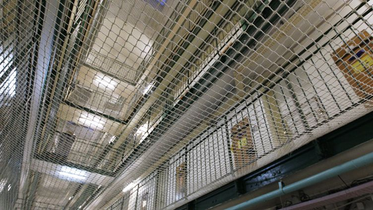 (A la prison de Fresnes, les étages séparés par des filets de protection © AFP | Matthieu Alexandre)