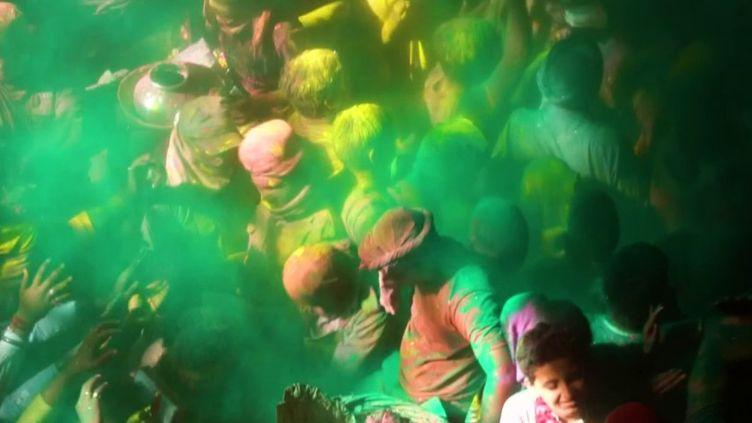"""L'Inde célèbre """"Holi"""" et le début du printemps (Capture d'écran franceinfo)"""
