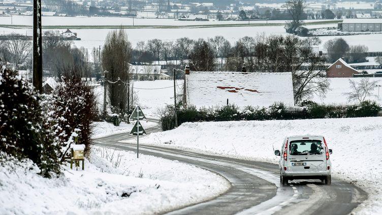 Un automobiliste traverse un paysage enneigé à Godewaersvelde (Nord), le 30 janvier 2019. (PHILIPPE HUGUEN / AFP)