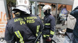 Des pompiers lors d'une manifestation du 1er mai 2018 à Paris. (MICHEL STOUPAK / AFP)