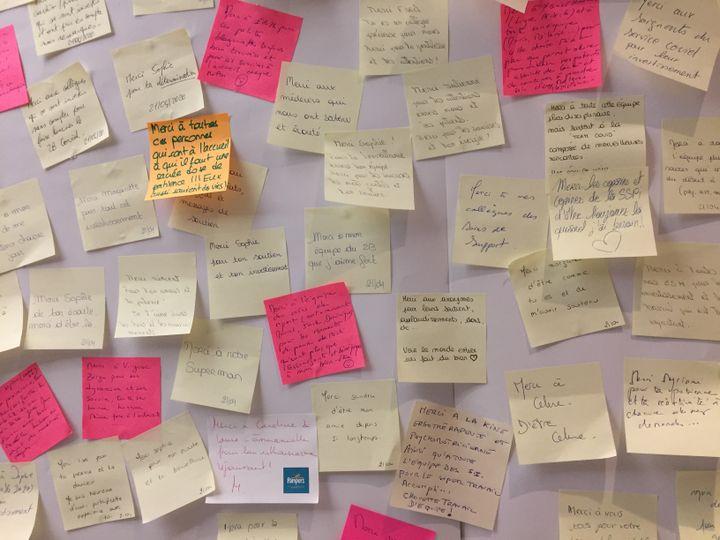 """Les mots de remerciements accrochés sur le """"mur de gratitude""""de l'hôpital privé Drôme-Ardèche. (HOPITAL PRIVE DROME ARDECHE)"""