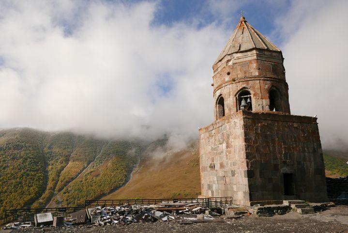 La petite église orthodoxe de la Trinité de Guerguéti, datant du XIVe siècle, qui se dresse sur une colline surplombant le mont Kazbek (Photo Emmanuel Langlois)